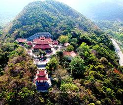 Chùa Núi Một nhìn từ trên cao - một điểm đến tour du lịch Côn Đảo bạn không thể nào bỏ qua.